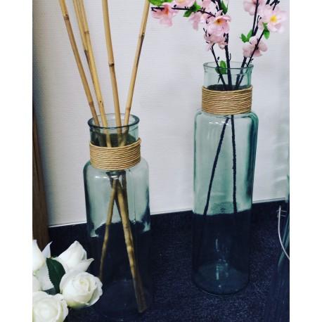 Vase en verre recyclé, modèle NOA avec raffia haut. 45 cm