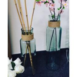 Vase en verre 100% recyclé, modèle NOA avec raffia hauteur 28 cm